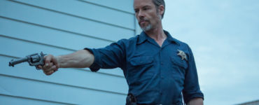 Guy Pearce als U.S. Marshal Jim Dillon greift in Disturbing the Peace wieder zur Waffe