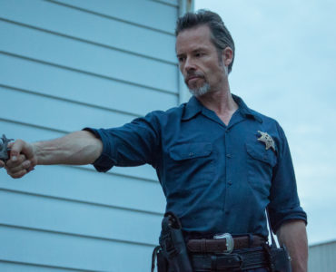 Guy Pearce als U.S. Marshal Jim Dillon greift in Disturbing the Peace wieder zur Waffe