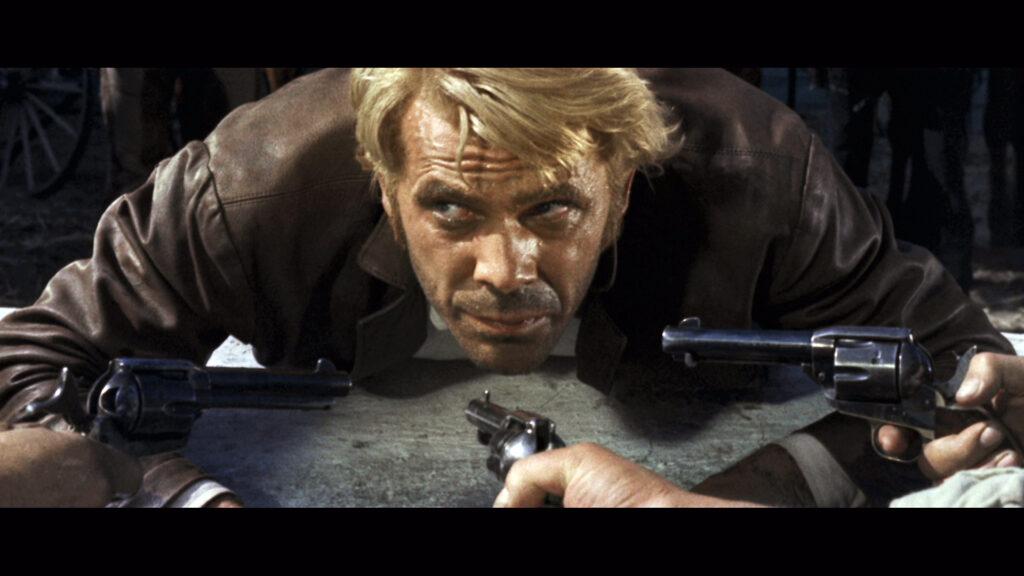 Die Bande der Stark-Brüder hat Django, gespielt von George Ardisson, erwischt, drei Colts sind auf seinen Kopf gerichtet.
