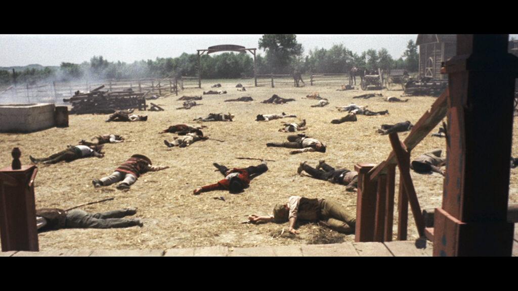 Nach dem Showdown auf einer Farm liegen in Django - den Colt an der Kehle zahllose Leichen auf dem Gelände verteilt.