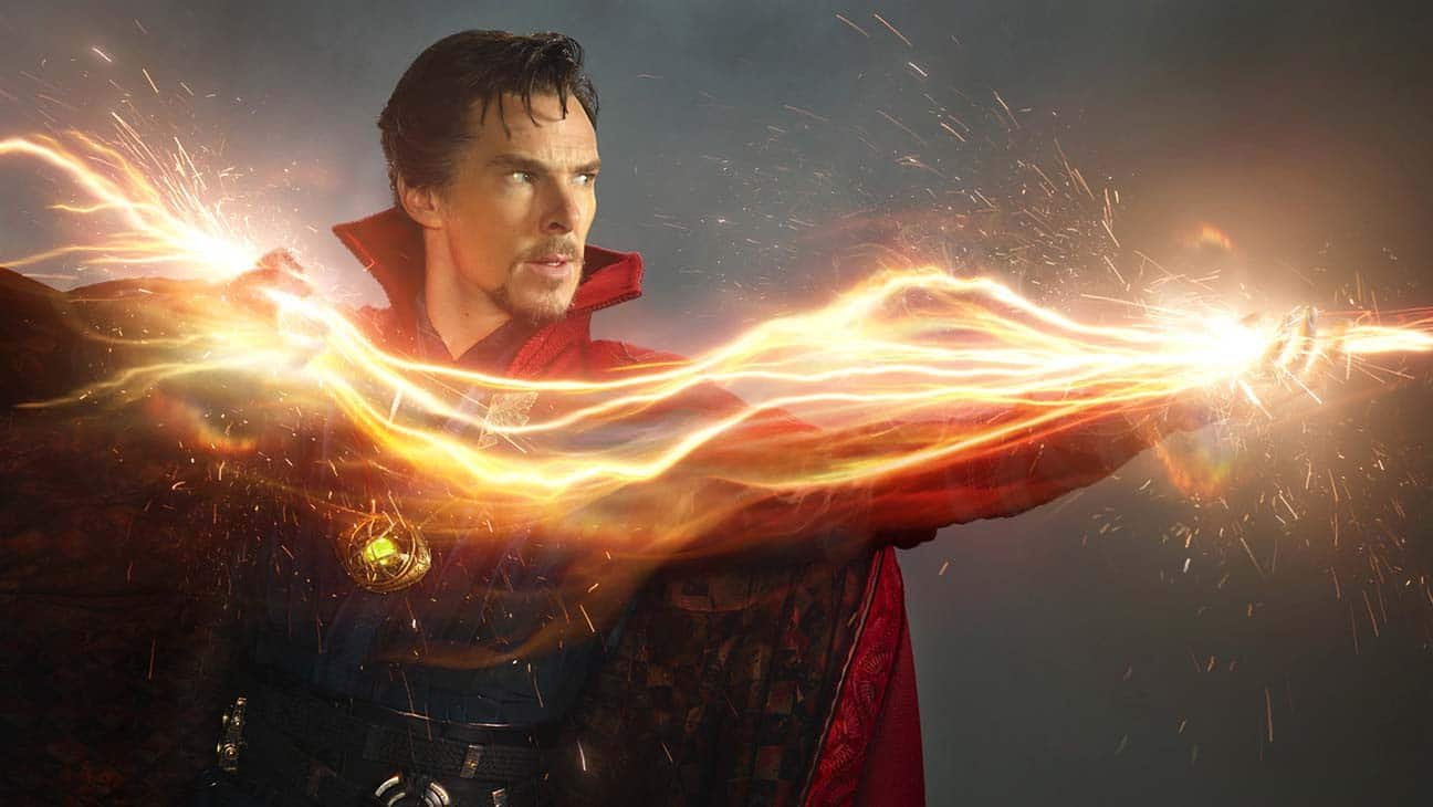 Doctor Strange (Benedict Cumberbatch) zaubert aus seinen Händen blitzartige Strahlen hervor.