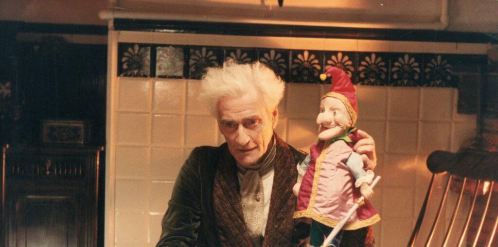 Guy Rolfe hält eine Puppe in der Hand - Dolls