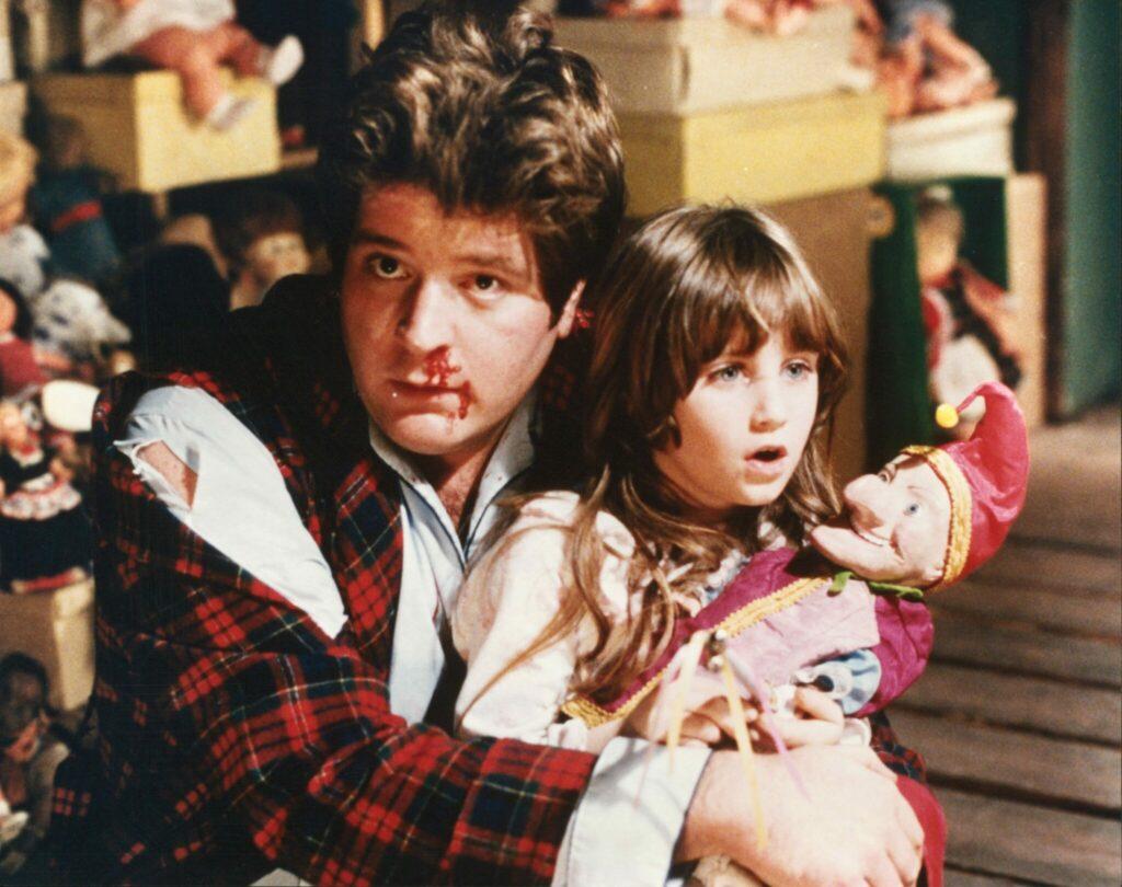 Im Puppenzimmer hält Stephen Lee die kleine Carrie Lorraine im Arm, die eine Puppe hält - Dolls