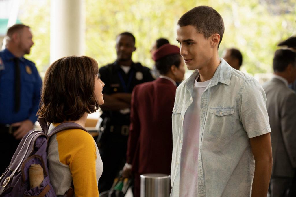 Dora (links) und Diego (rechts) stehen sich in der Empfangshalle des Flughafens gegenüber © Paramount Pictures