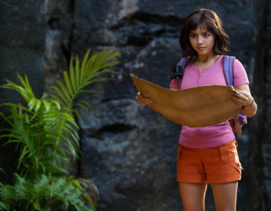 Dora blickt auf eine Karte, die sie in den Händen hält, Dora und die goldene Stadt ©Paramount Pictures