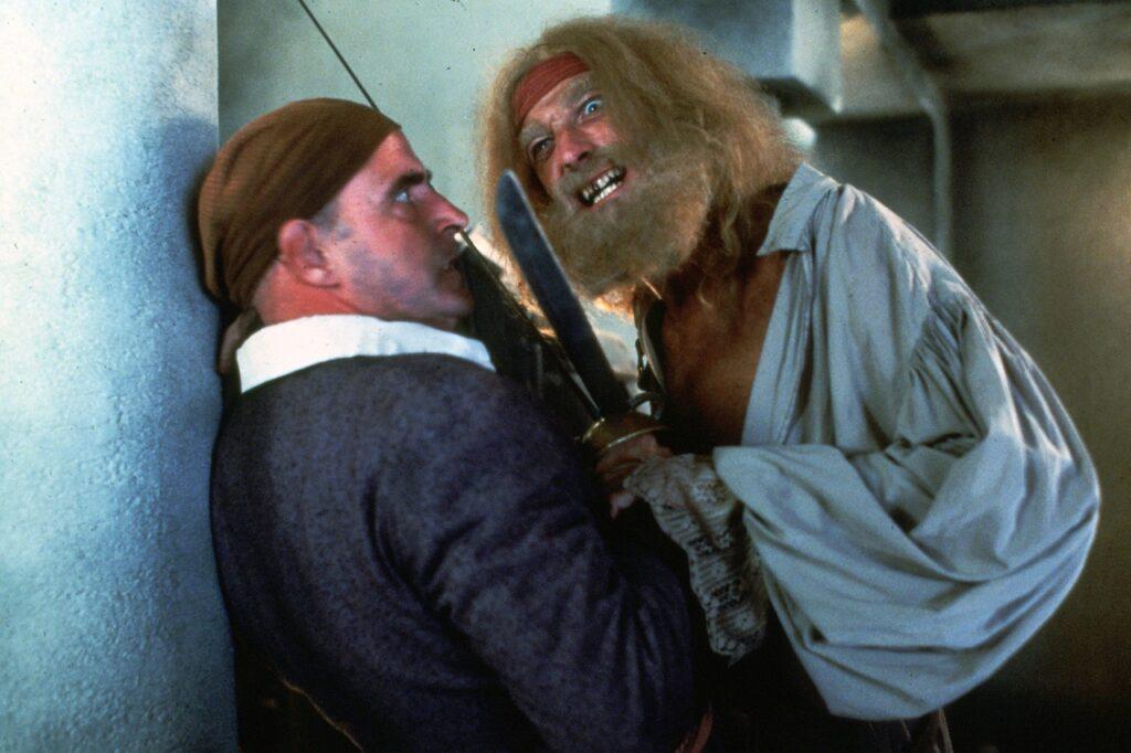 Der mit schlechten Zähnen grienende Dotterbart lehnt sich bedrohlich über seinen Bootsmann Mr. Moon