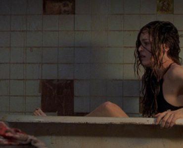 Jacinda Barrett als Lisa erwacht entsetzt in einer Badewanne in Duestere Legenden 2.