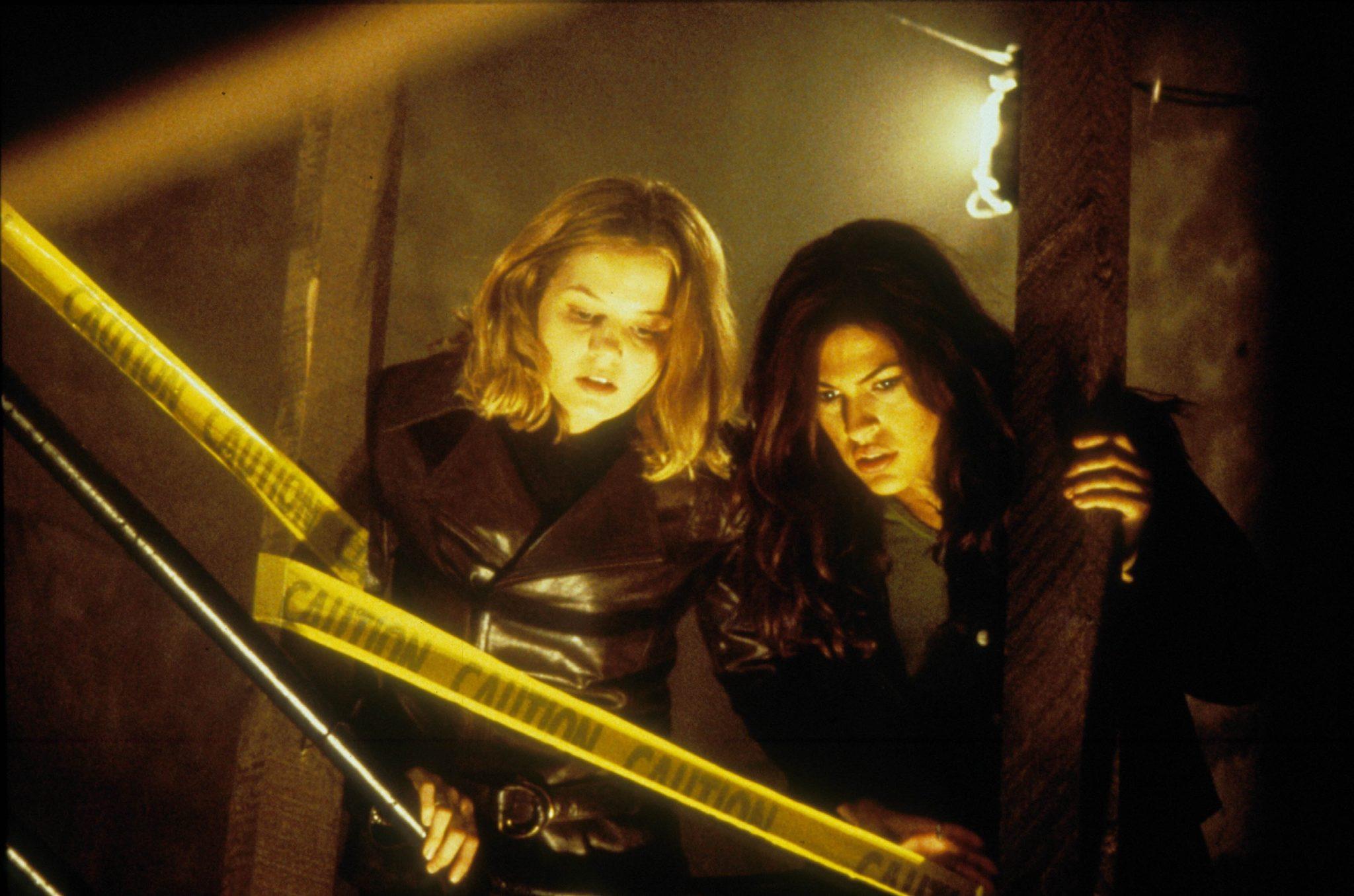 Jennifer Morrison als Amy und Eva Mendes als Vanessa blicken ein Treppenhaus hinunter in Duestere Legenden 2.