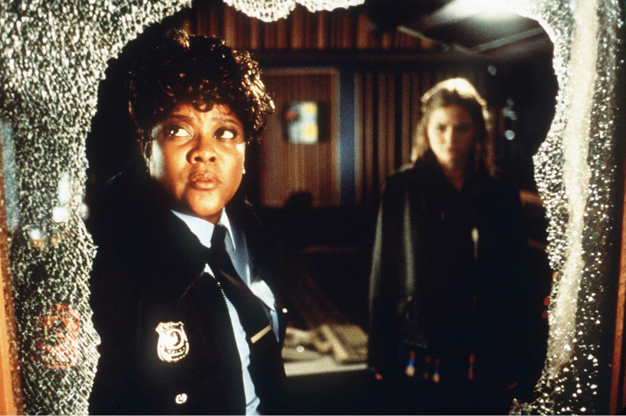 Loretta Devine als Reese und Jennifer Morrison als Amy blicken auf eine zersprungene Glasscheibe in Duestere Legenden 2.