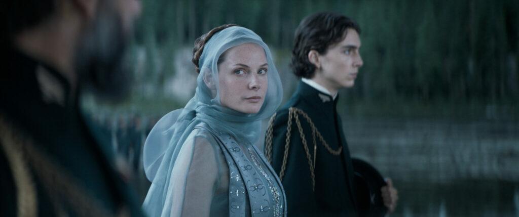 Lady Jessica (Rebecca Ferguson) blickt bestimmt in die Kamera und schützt ihren Sohn Paul Atreides (Timothée Chalamet)