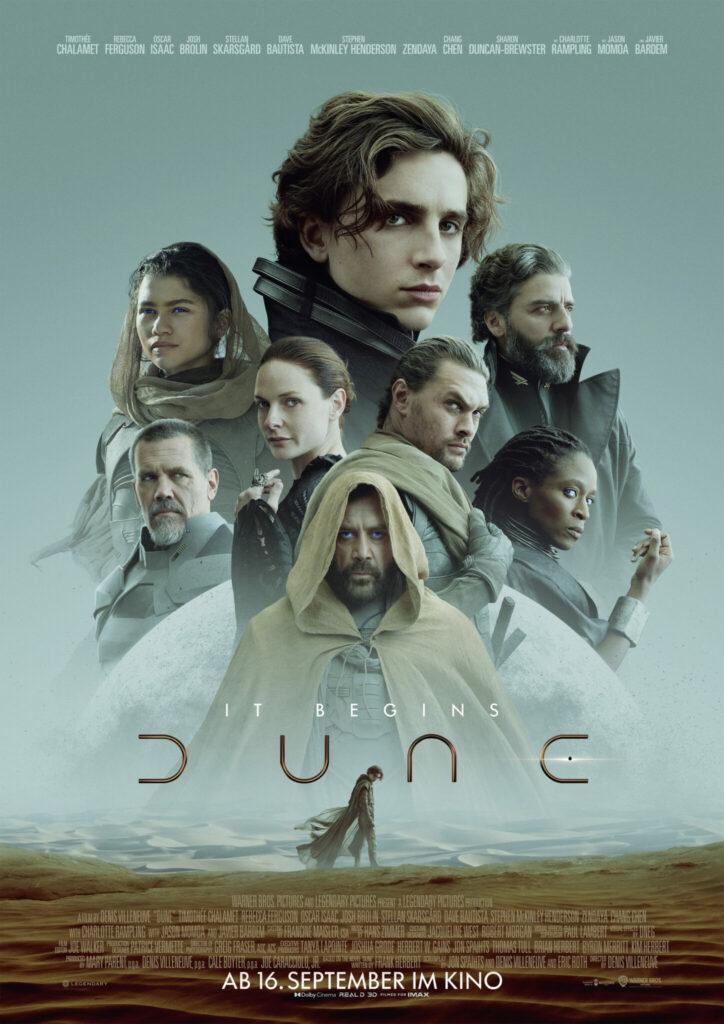Das Kinoplakat zu Dune (2021) zeigt alle wichtigen Figuren des Films, die über einem Wüstenausschnitt dargestellt werden.