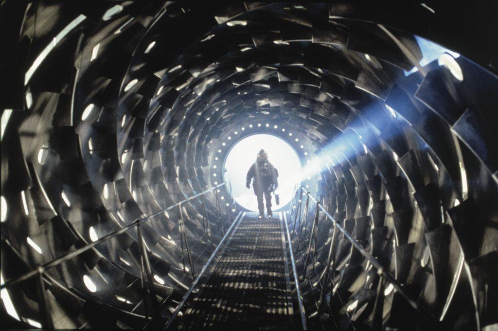 """Die finsteren Korridore auf der Event Horizon, lassen nichts Gutes erahnen, in """"Event Horizon"""", von ©"""
