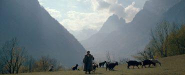 Besink führt seine Ziegen über eine Wiese, Ein Licht zwischen den Wolken © Neue Visionen Filmverleih