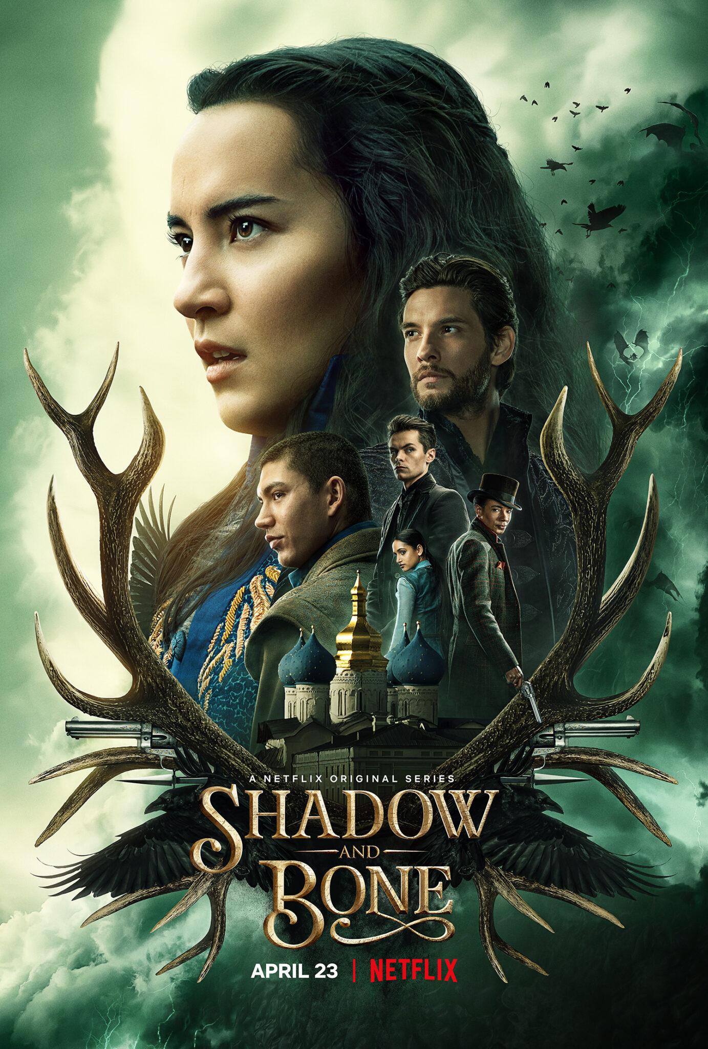 Das Key-Art von Shadow and Bone zeigt das Gesicht von Alina in groß. Davor sieht man in kleinerem Maßstab die anderen Hauptfiguren der Serie, Kirigan, Mal, Kaz, Inej und Jesper. Außerdem kann man den Titel lesen, der auf einer Grafik steht, die sich aus einem Palast und einem Hirschgeweih zusammensetzt. Der Hintergrund ist grünblau.