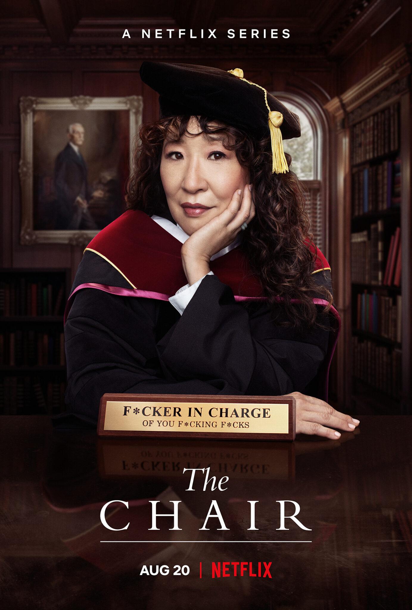"""Das englische Poster zur Serie zeigt Sandra Oh hinter dem Schreibtisch mit Kutte und Hut. Vor ihr steht ein Schild auf dem Tisch, auf dem steht """"F*CKER IN CHARGE - OF YOU F*CKING F*CKS"""""""