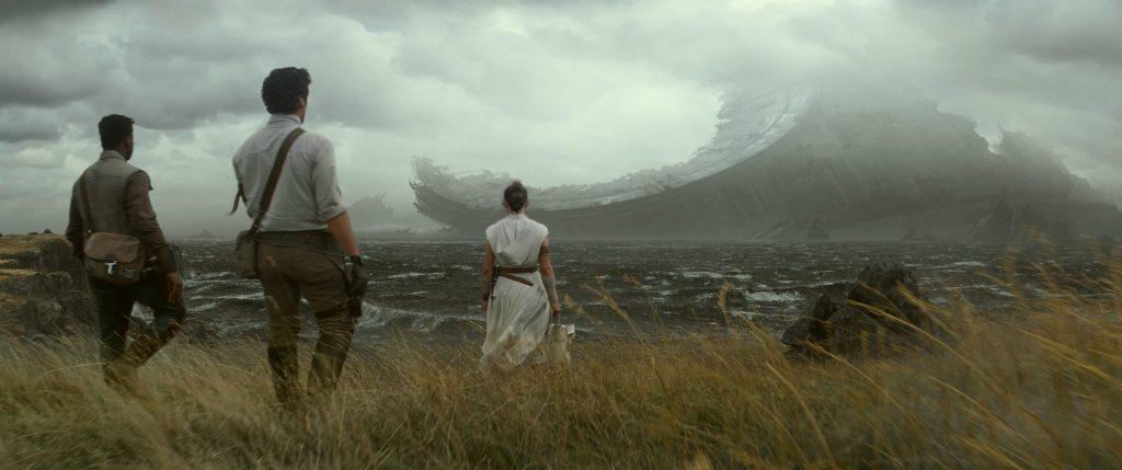 Rey und ihre Freunde vor den Trümmern des Todessterns