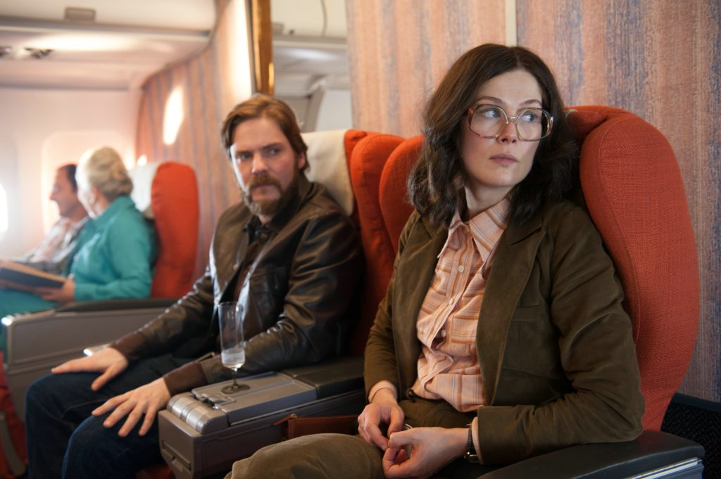 "Daniel Brühl und Rosamund Pike als ""Wilfried Böse"" & ""Brigitte Kuhlmann"" in ""7 Tage in Entebbe"" © Entertainment One Germany"