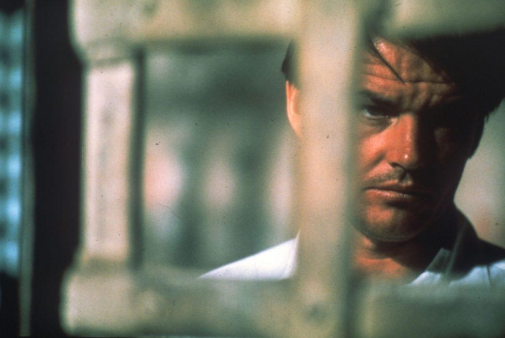 Jack Nicholson ist von Nahem hinter Gitterstäben zu sehen in Easy Rider