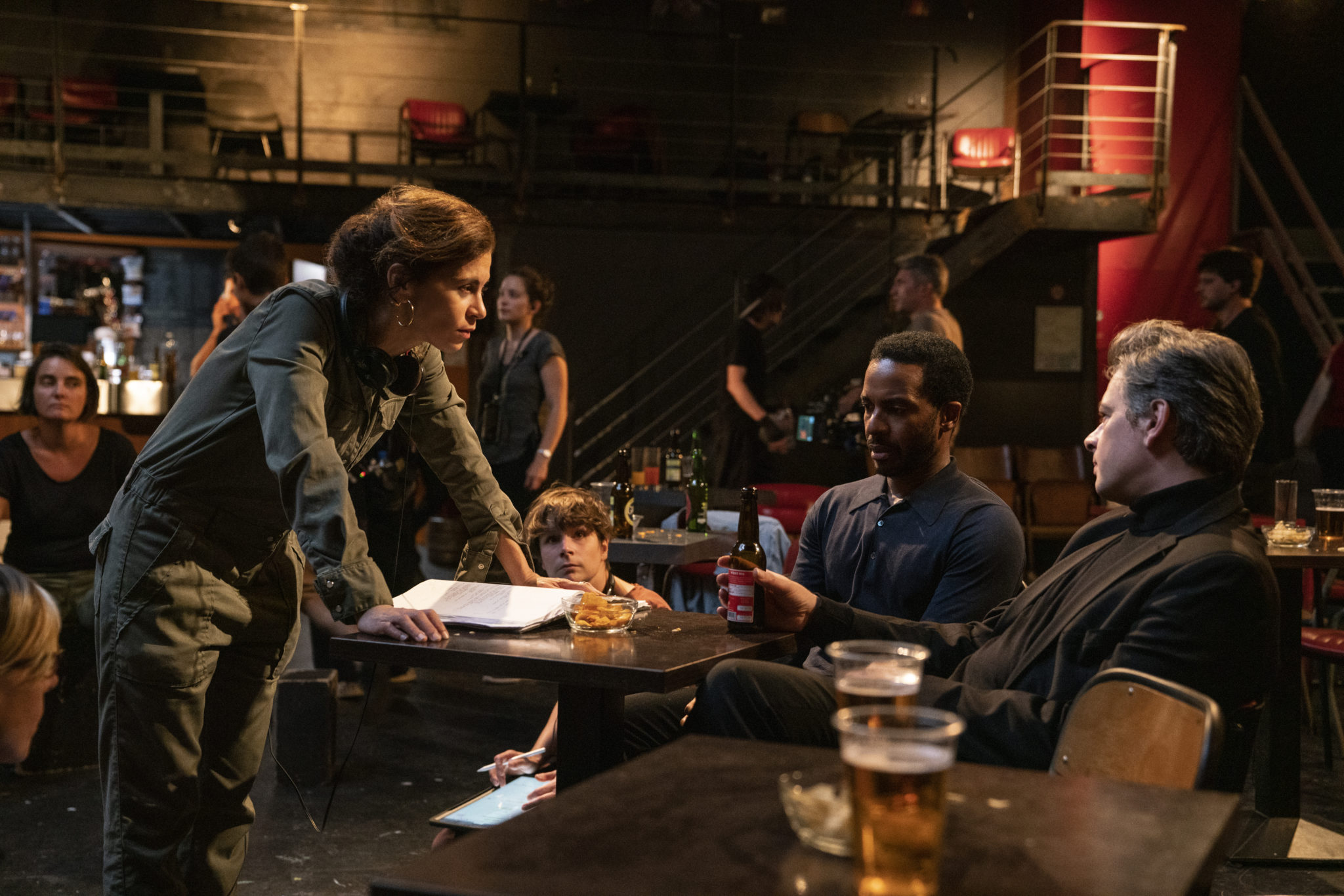 In The Eddy wird in einem Jazzclub heftig diskutiert, auf den Tischen stehen Getränke, drumherum sitzen einige Leute