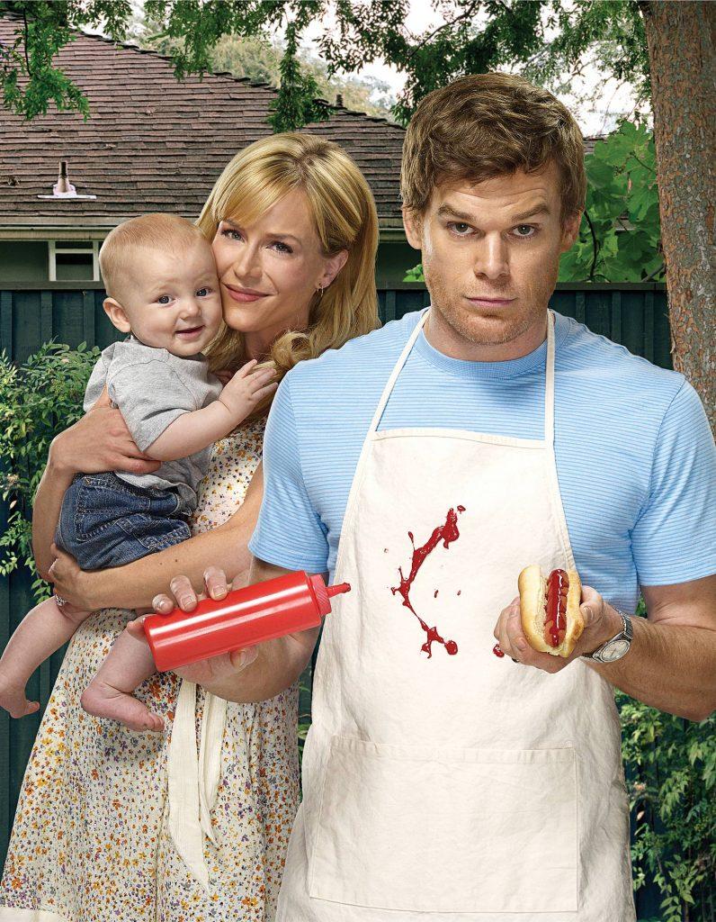 Das Promo-Bild zeigt Dexter Morgan (Michael C. Hall) mit einem Hotdog und einer Ketchup-Flasche in den Händen. Das Ketchup ist dabei auf seine Schürze gespritzt und sieht aus wie Blut. Im Hintergrund ist seine Freundin Rita mit dem gemeinsamen Sohn zu sehen.