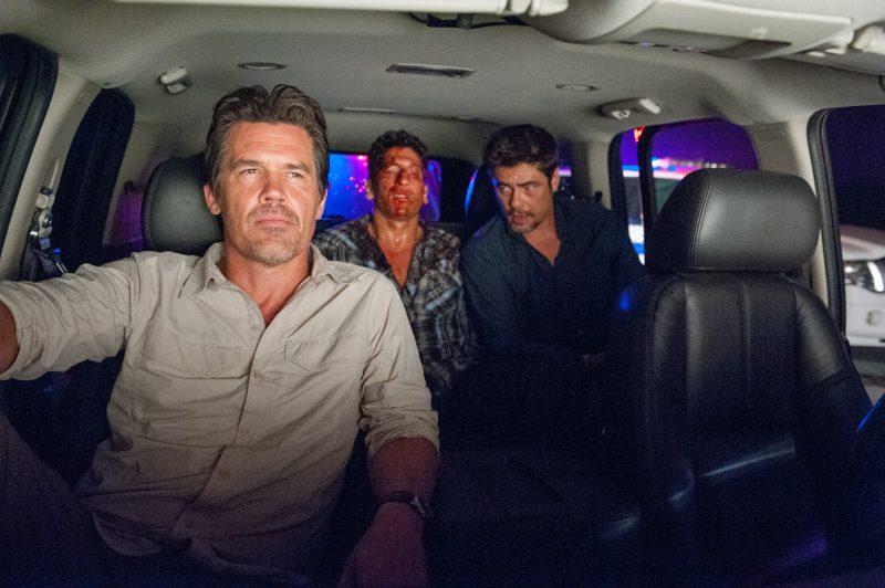 FBI-Agent Matt (Josh Brolin, ganz links) und Alejandro (Benicio Del Toro, ganz rechts) in Sicario