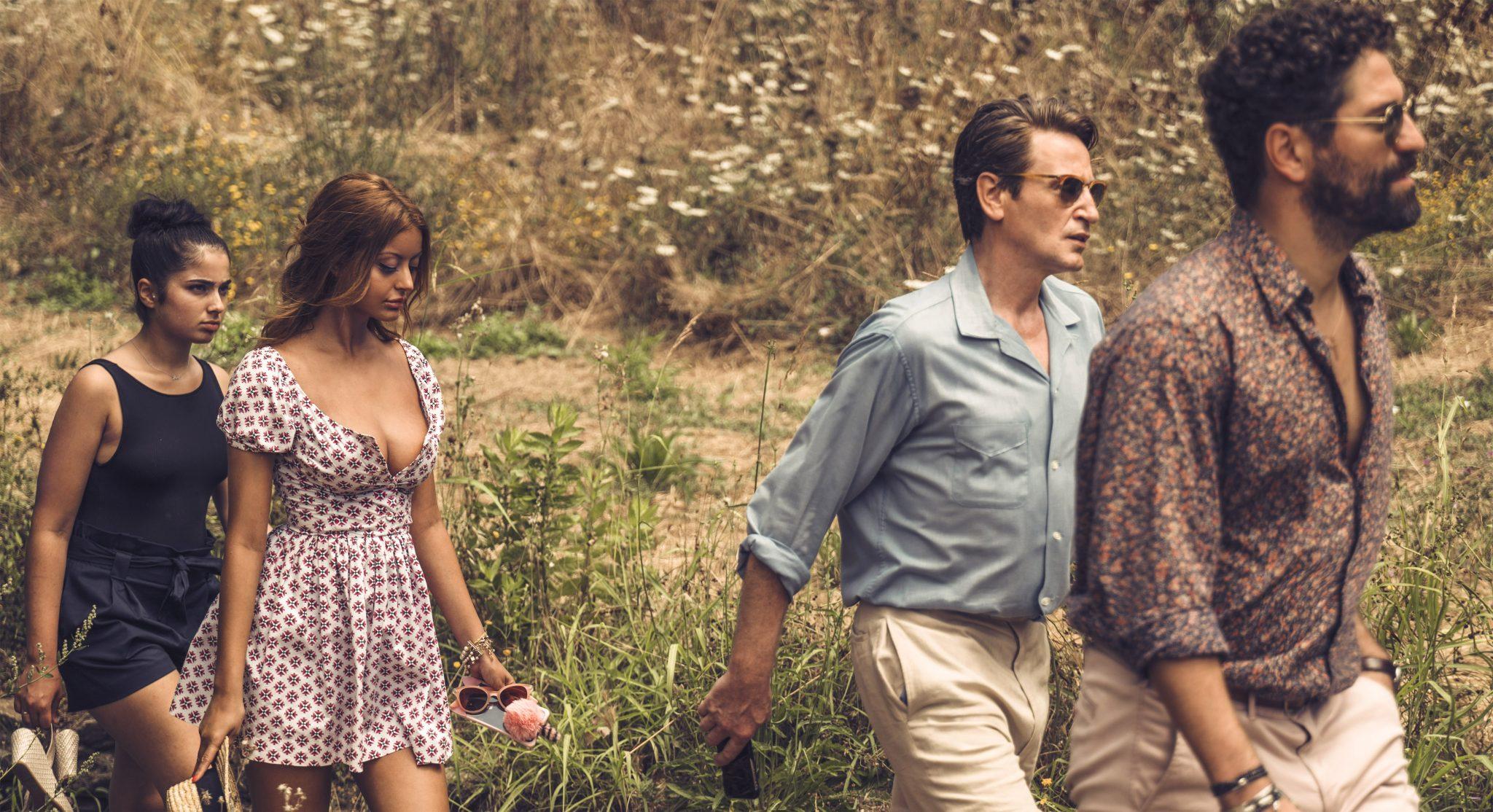 Naïma und Sofia folgen den beiden reichen Männern Andres und Philippe auf einen Ausflug.