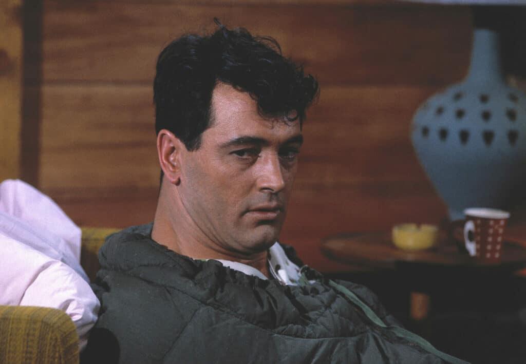 Roger liegt in seinem bis oben fest verschlossenen Schlafsack und blickt ratlos vor sich hin.