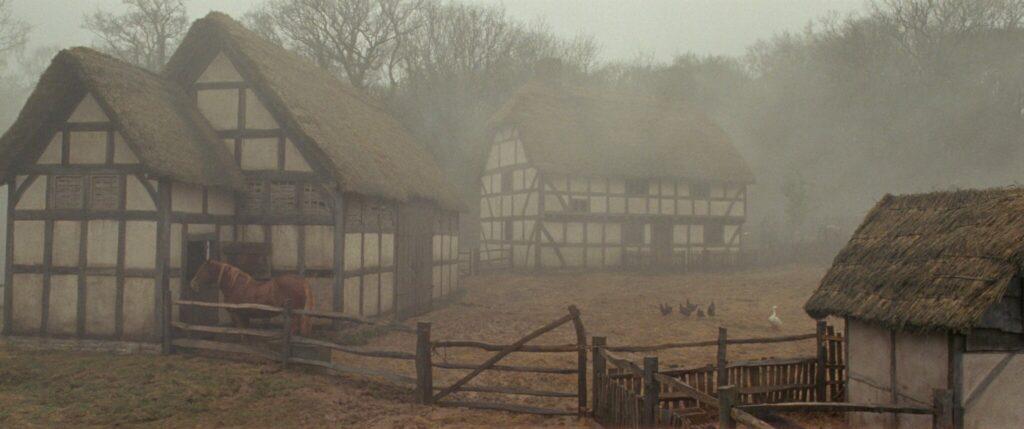"""Der Hof der Familie Lye ist vollkommen in Nebel eingehüllt in """"Die Erlösung der Fanny Lye"""" © Alamode"""