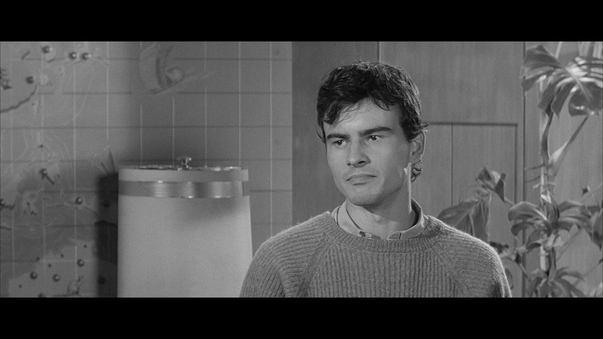 Piffl (Horst Buchholz) ist in einem Szenenbild aus Eins, zwei, drei in Großaufnahme zu sehen, der Blick ist voller Verachtung.