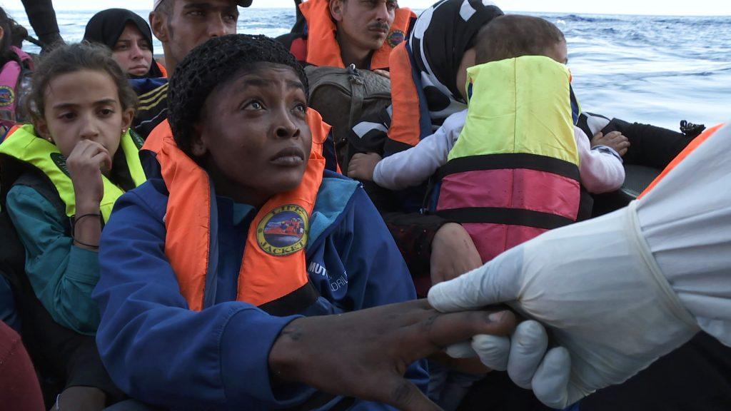 Eine verängstigte Frau findet Trost durch die Mitarbeiter der Mare Nostrum ©Majestic Filmverleih
