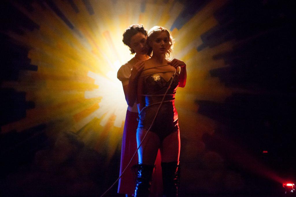 Elizabeth Marston (Rebecca Hall) und Olive Byrne (Bella Heathcote) in Professor Marston and the Wonder Woman