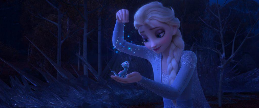 """Elsa kühlt in """"Die Eiskönigin 2"""" mit ihren magischen Kräften ein merkwürdiges Wesen"""