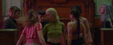 Ema, im Zentrum des Bildes, tanzt mit ihrem Ensemble Reggaeton.