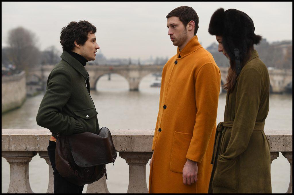 Emile, Yoav und Caroline überlegen, wie sie Yoav in Frankreich behalten können in Synonymes © 2019 Grandfilm