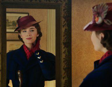 Mary Poppins betrachtet sich verzückt im Spiegel