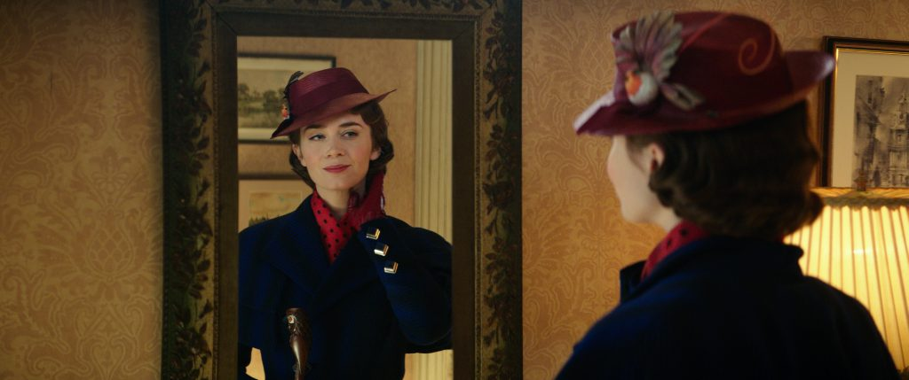 Emily Blunt betrachtet ihr Spiegelbild als Mary Poppins in Marry Poppins Rückkehr © 2018 The Walt Disney Company Germany