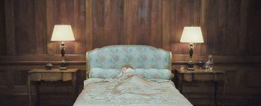"Emily Browning lässt sich als Lucy in Schlaf versetzen in ""Sleeping Beauty"" ©Capelight Pictures"