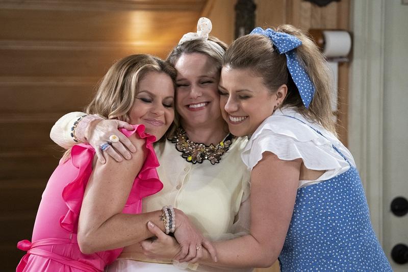 Drei Freundinnen glücklich in enger Umarmung in Fuller House - Neu auf Netflix im Juni 2020