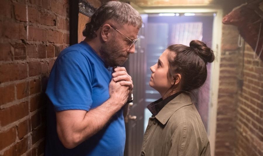 Moose (John Travolta) im ernsthaften Austausch mit seiner besten Freundin Leah (Ana Golja).