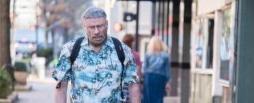 Moose (John Travolta) spaziert introvertiert, in Hawaii-Hemd und mit eigenwilliger Frisur durch die Straßen von Los Angeles.