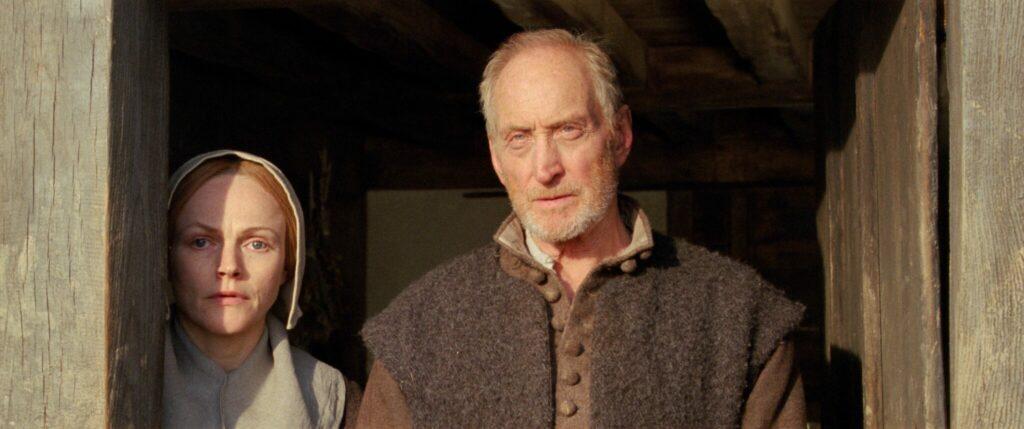 """Die beiden Oberhäuser der Familie stehen mit skeptischem Blick in einem Türrahmen in """"Die Erlösung der Fanny Lye"""" © Alamode Film"""