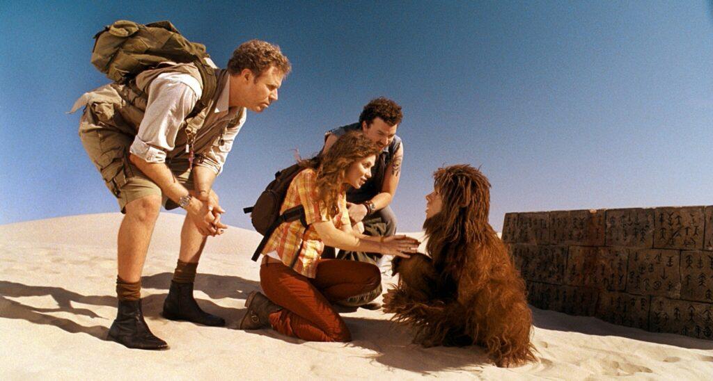 Will Ferrell als Rick Marshall, Anna Friel als Holly und Danny R. McBride als Will Stanton versuchen, sichin Die vergessene Welt mit Affenmann Cha-Ka, gespielt von Jorma Taccone zu verständigen.