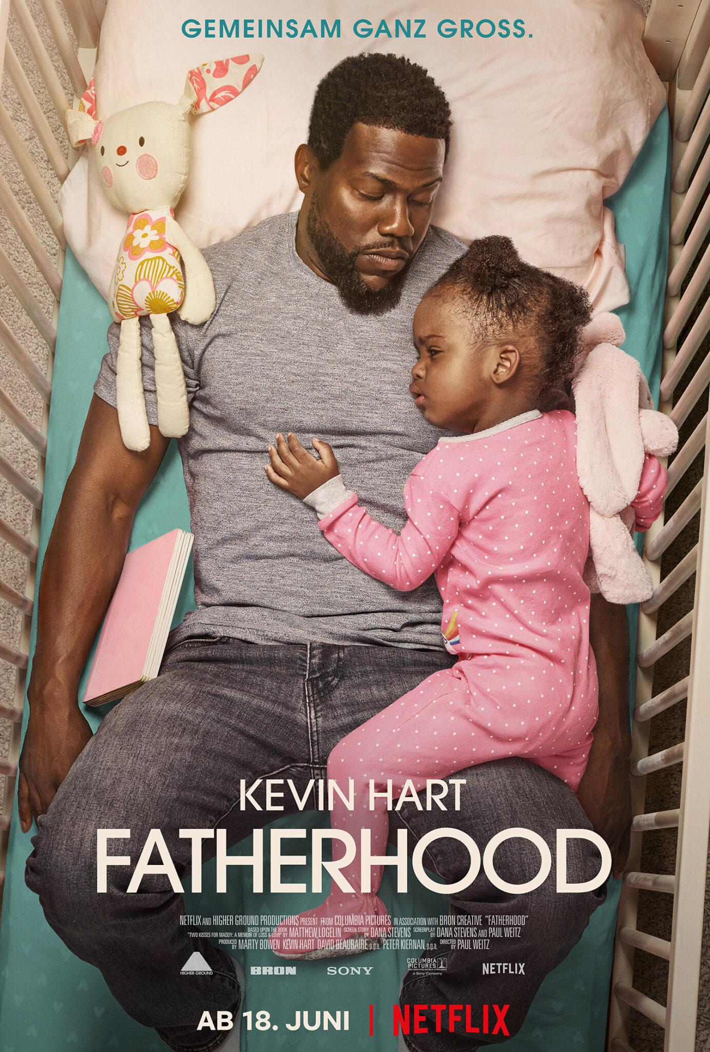 Das Poster zu Fatherhood zeigt Kevin Hart in einem Kinderbettchen schlafend mit der kleinen Tochter auf seinem Oberkörper liegend in einem rosa Strampler.