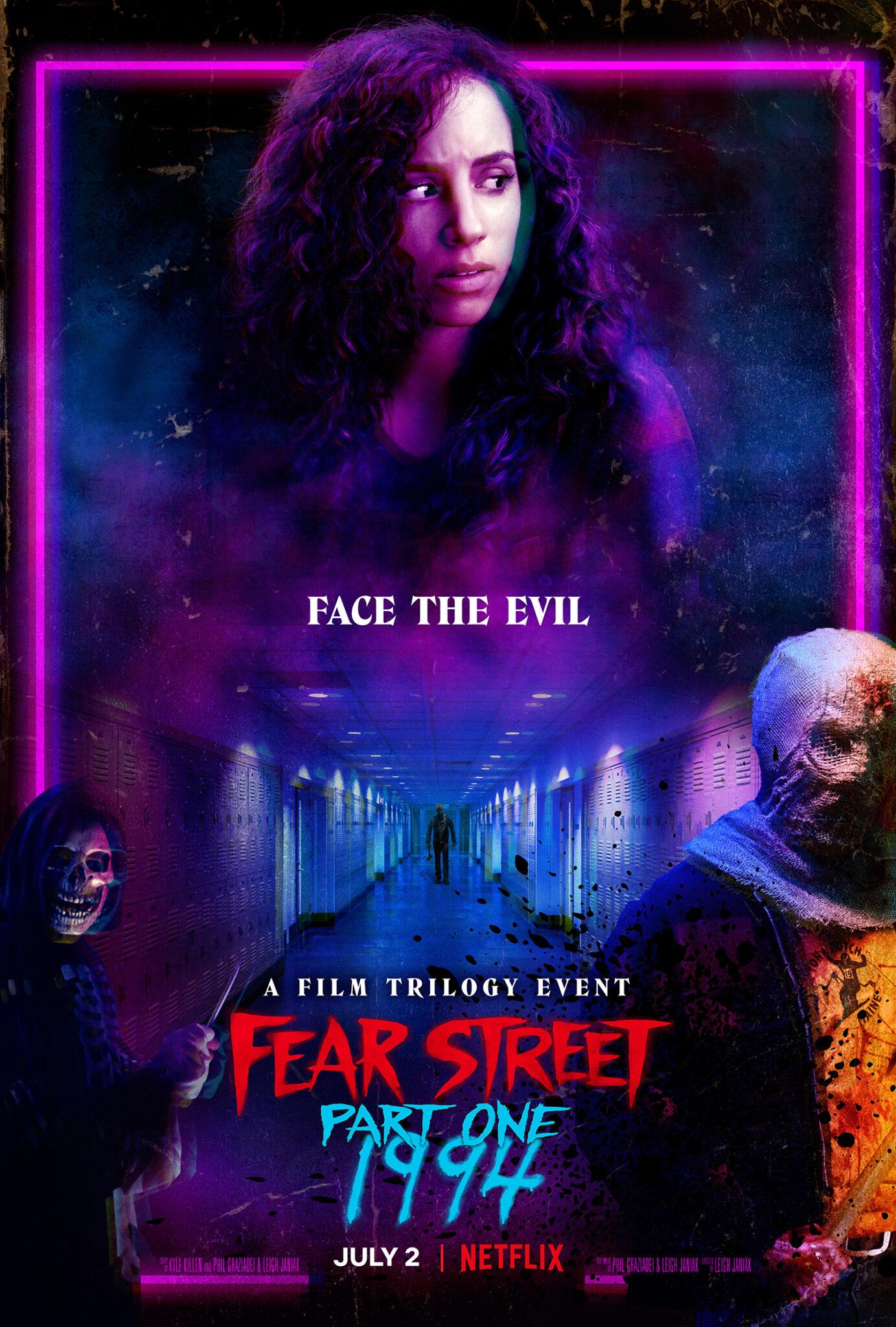 Das Poster zu Fear Street - Teil 1: 1994 zeigt die Protagonistin Deena in groß und unten im Bild den Titel sowie die unheimlichen Kreaturen, die die Jugendlichen im Film bedrohen.