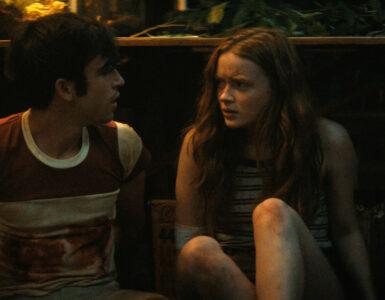 Nick und Ziggy sitzen in einem dunklen Raum auf dem Boden und verstecken sich.
