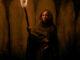Sarah Fier in einer Höhle mit einer Fackel in der Hand in Fear Street - Teil 3