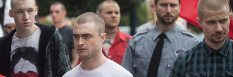 Nate steht zwischen Nazis auf einer Demonstration, er sieht unglücklich aus