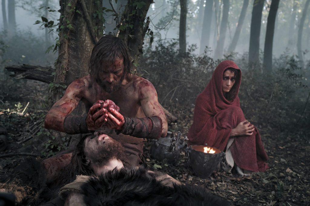 Alessandro Borghi als Remus am Krankenlager seines Bruder Romulus, gespielt von Alessio Lapice in The First King - Romulus & Remus