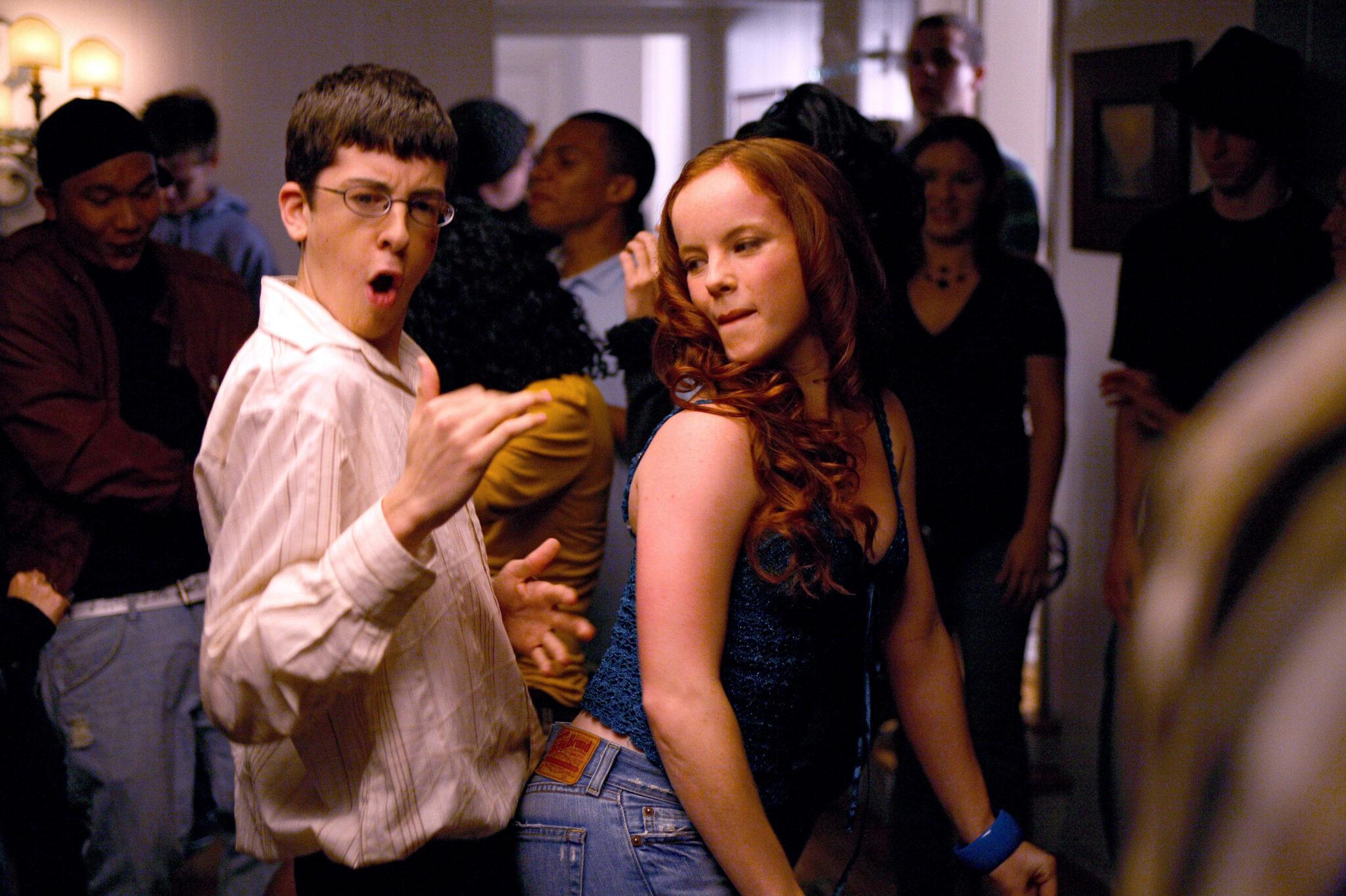 Fogell aka McLovin tanzt lasziv mit einem brünetten Mädchen in Superbad © Sony Pictures