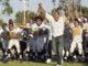 """Football Filme: Sean Porter (Dwayne Johnson) bejubelt mit seiner Mannschaft einen Sieg im Footballfilm """"Spiel auf Bewährung""""."""